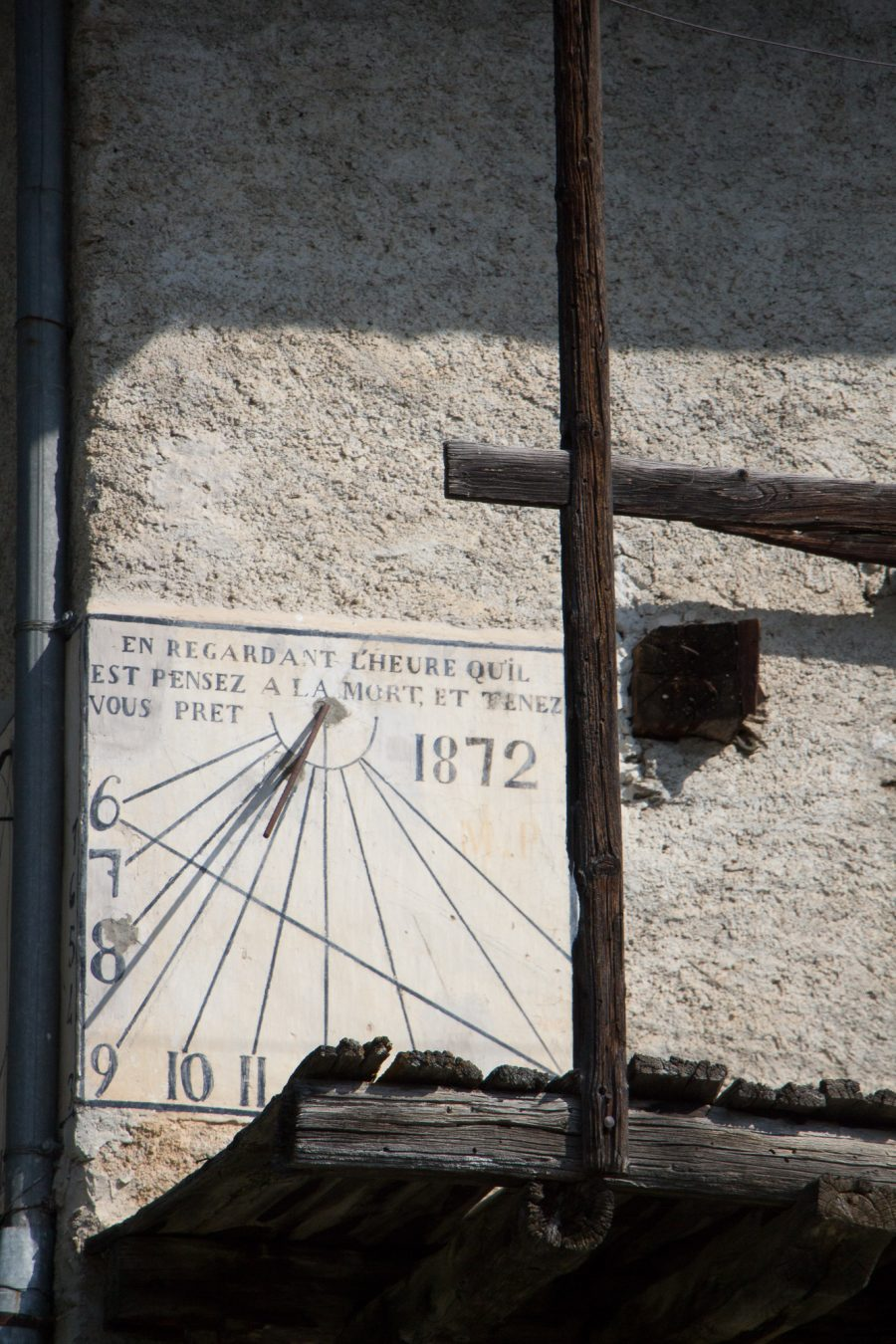 Sundial on a wall at Allevè, 2018